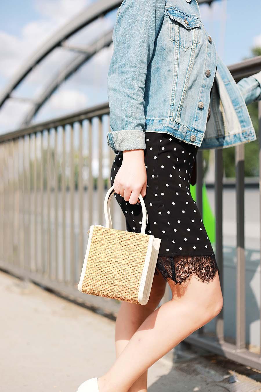 Kleid mit Polka Dots und Jeansjacke