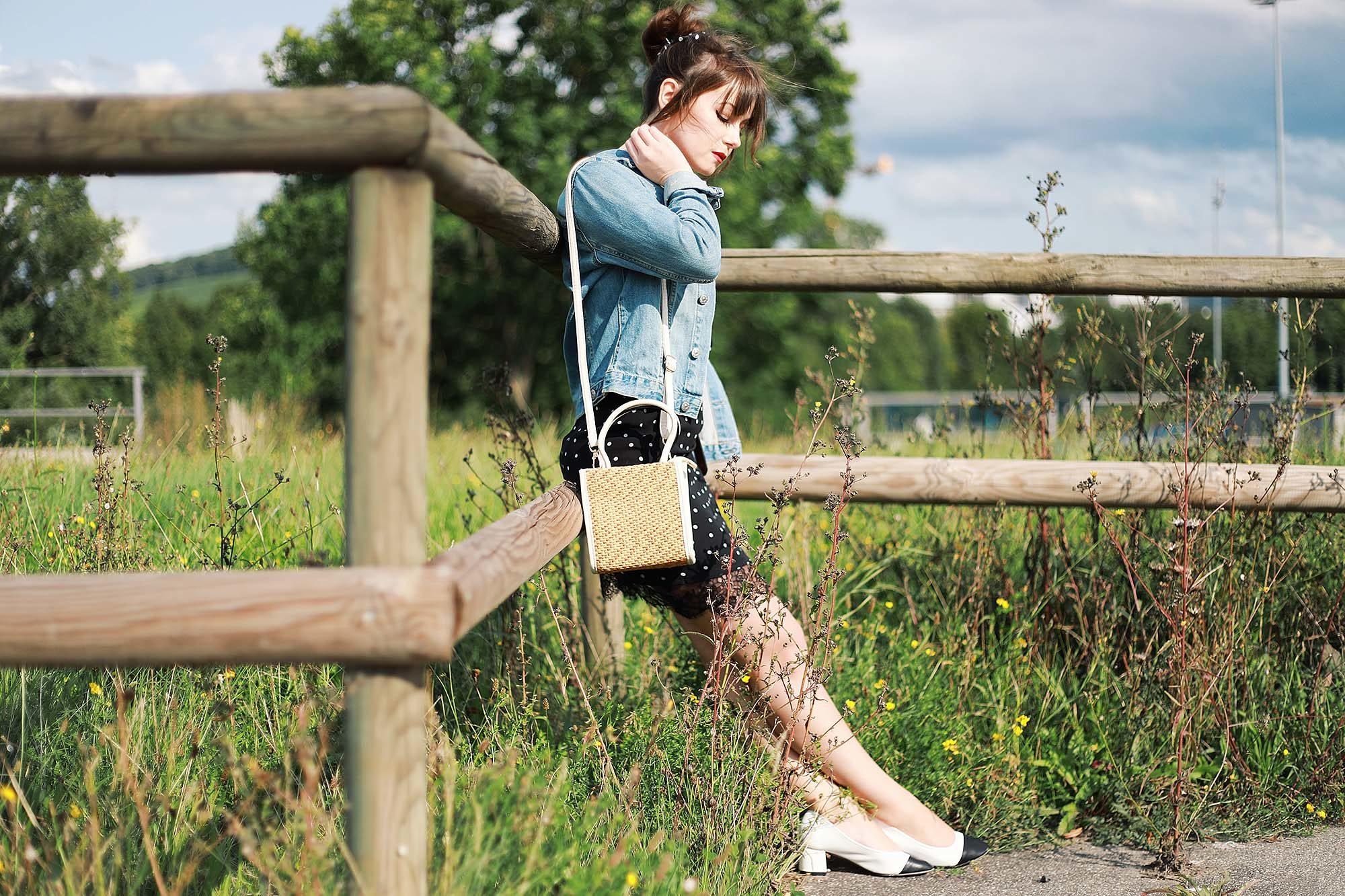 Outfit Inspiration: Kleid mit Polka Dots und Jeansjacke