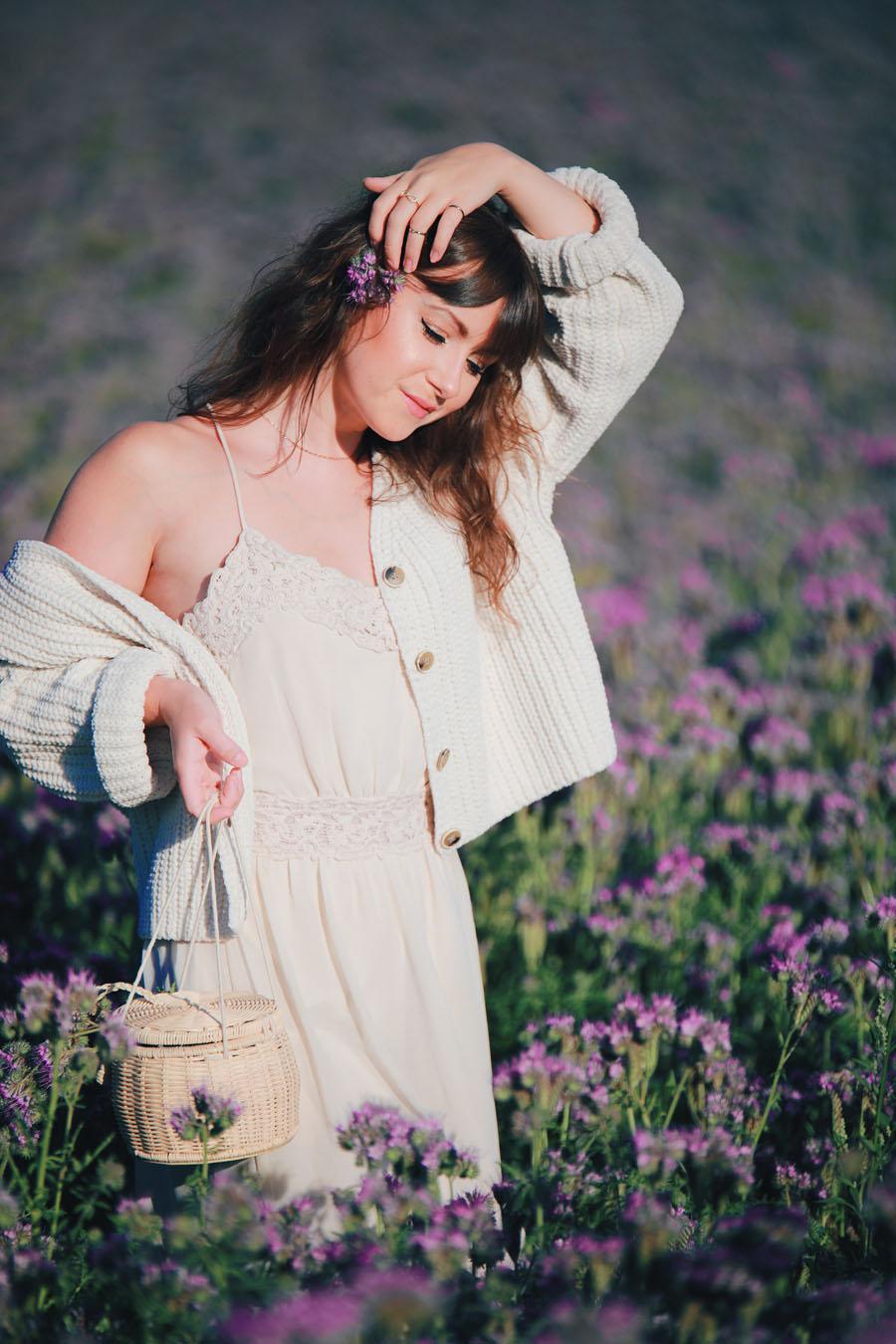 Romantischer Sommerlook mitten im Blumenmeer-Modeblog-Style by An